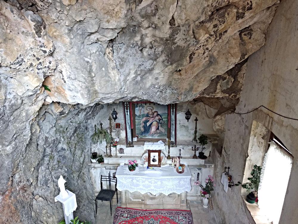 Stilo, laura della divina pastorella, cappella scavata nella roccia della montagna