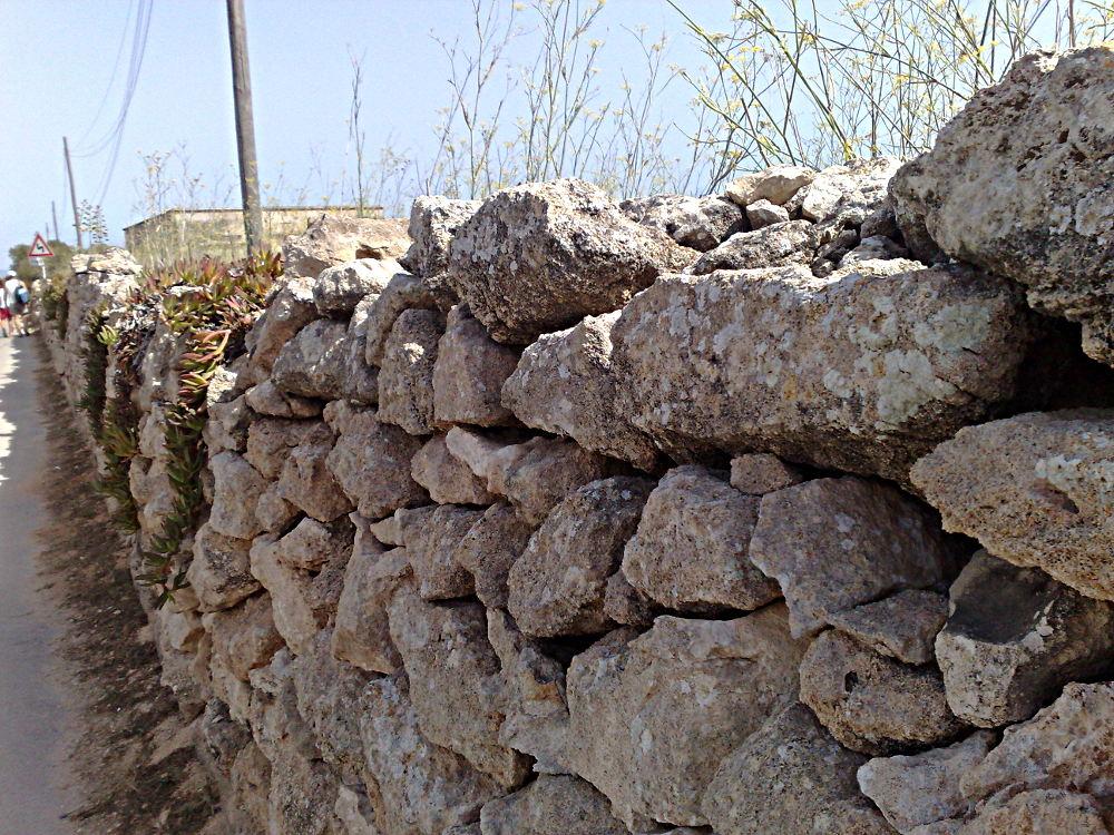 particolare di muretto a secco in Sicilia