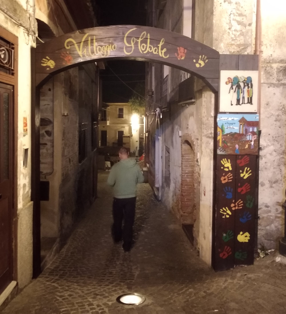 Il villaggio globale di Riace (uno degli ingressi nel centro storico)